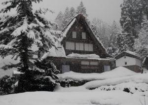 雪景色の世界遺産白川郷と五箇山の合掌造り集落